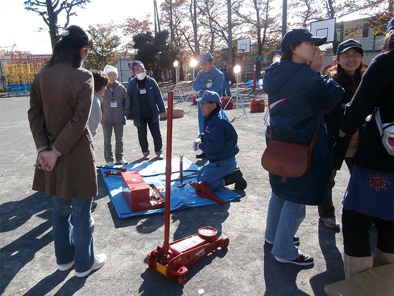 地域防災拠点訓練(油圧ジャッキの使い方)