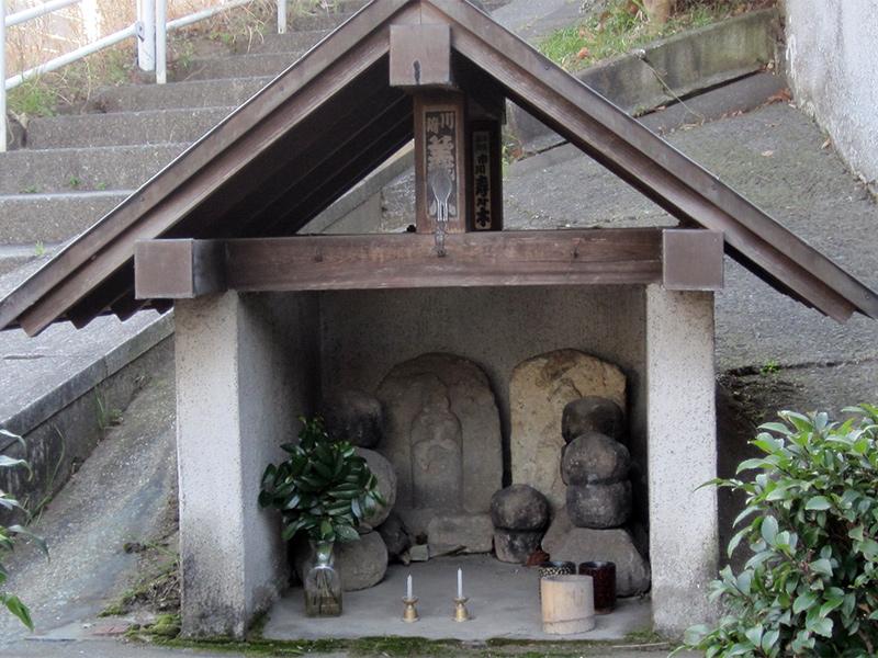 入り口の祠(サイノ神石)