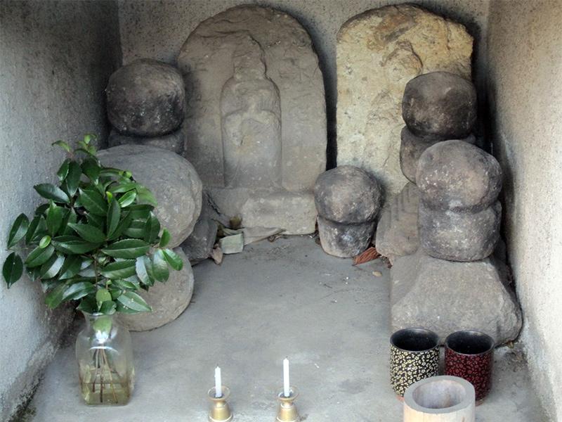 祠の内部(サイノ神石)