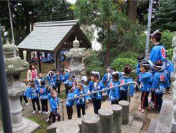 子供達は階段の両端を通り順序良く参拝
