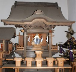 拝殿内の総檜造り社 杉山神社