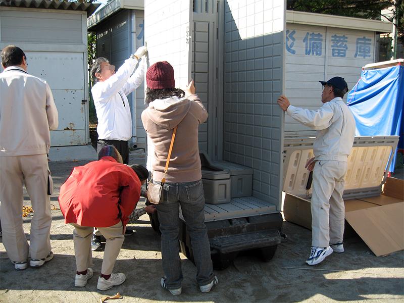仮設トイレの設置作業
