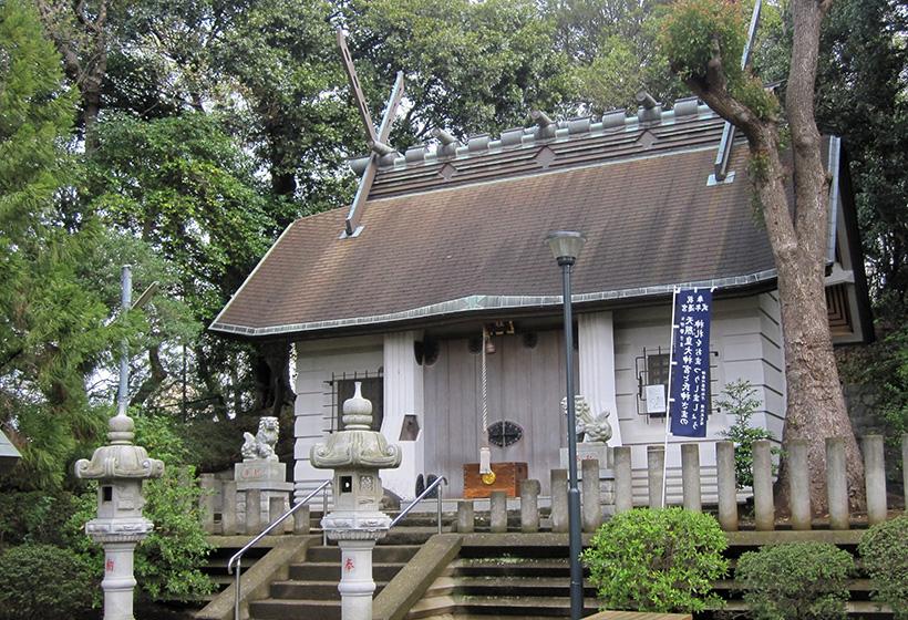 杉山神社の拝殿、石灯籠、狛犬