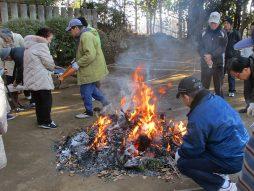 門松、飾り・祝い物等を焚き上げ