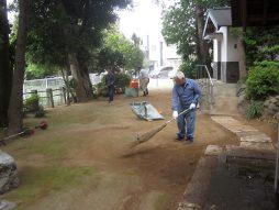 境内の清掃中
